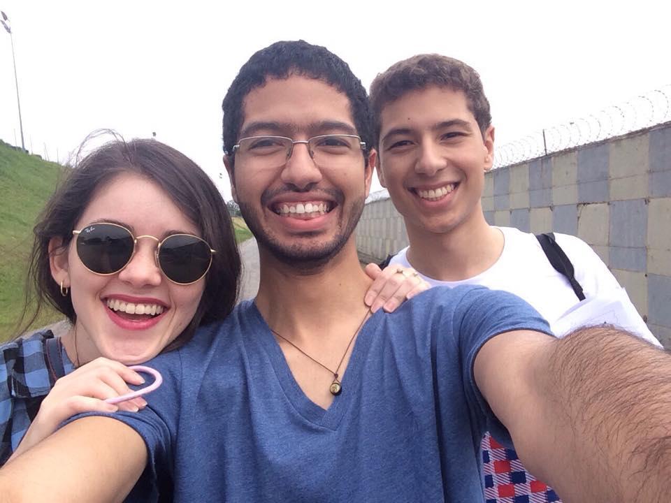 O Lipe é o de camisa Branca, lado direito da foto, no Lolla 2015.