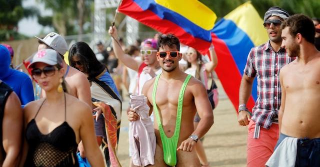 3mai2015---frequentador-do-tomorrowland-brasil-escolheu-o-figurido-do-personagem-borat-para-curtir-os-shows-de-musica-eletronica-na-fazenda-maeda-em-itu-1430707740672_956x500