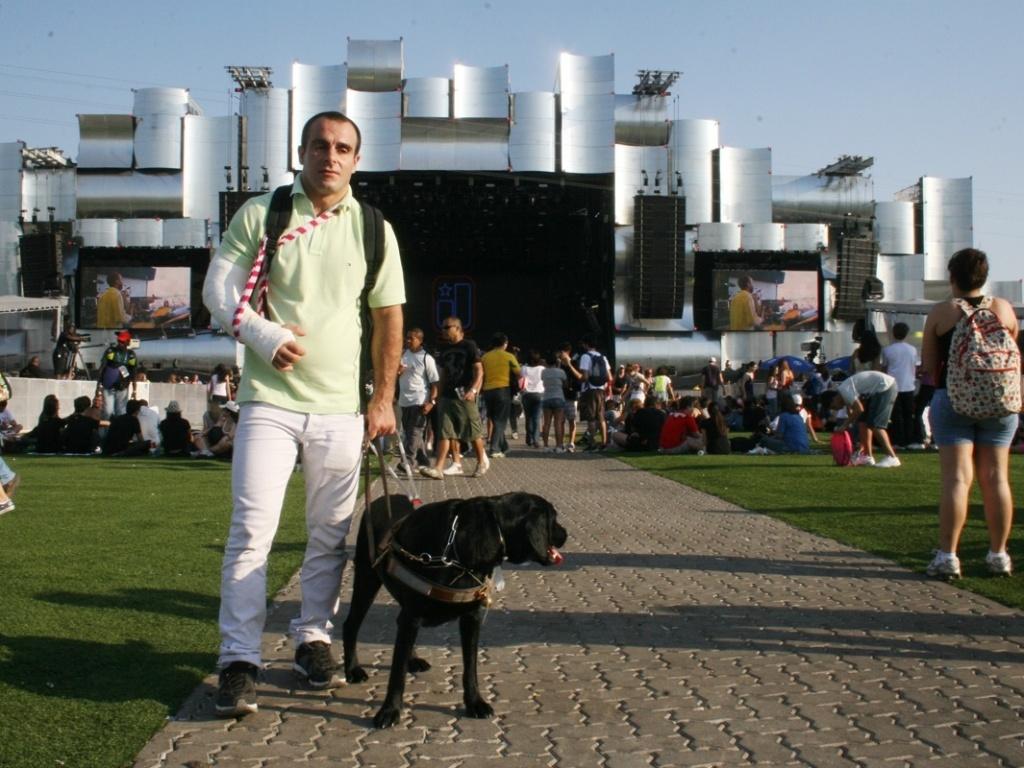 Deficiente visual e seu cão-guia no Rock in Rio – Créditos: UOL