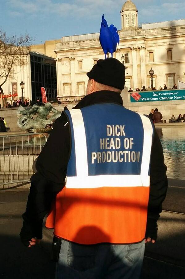 O lendário produtor usa sempre um uniforme onde lê-se: Dick Head of Production. Uma piada com o termo Dickhead. Créditos: Louise Duff