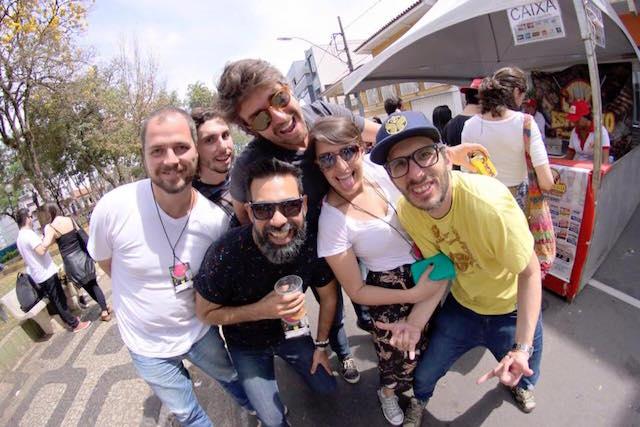 O trio de empreendedores do Goma Vini, Djah e Chico, o casal Camila e Ralph (produtor do Hacktown) e eu e minha barba ali espremido (e super feliz)