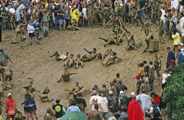 Pessoas na lama no Woodstock 1994