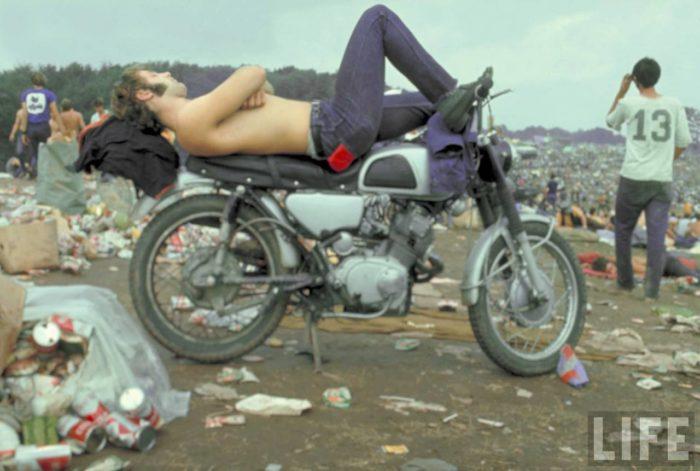 Homem deitado na modo no Woodstock 1969